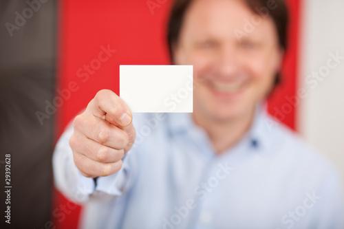 mann zeigt visitenkarte
