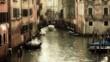 Lancha en un canal de Venecia