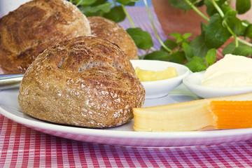 Röggelchen mit Käse und Senf / Kölner Spezialität /Halve Hahn