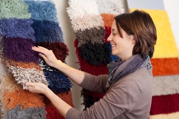 kunden wählt teppich aus