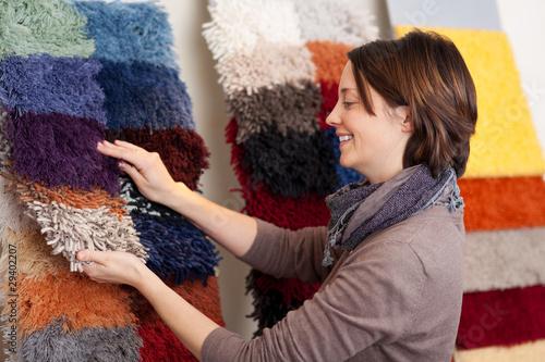 kunden wählt teppich aus - 29402207