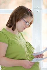 Schwangere ließt Brief
