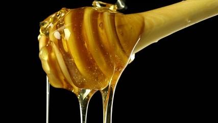 Miel liquide sur fond noir