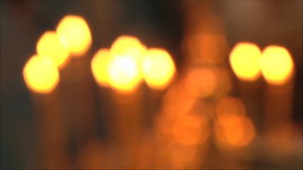 церковные свечи не в фокусе