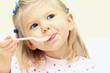 Leinwanddruck Bild - Kleines Mädchen mit Löffel