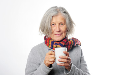 Erkältete Seniorin trinkt Tee
