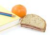 Pausenbrot mit Buch und Obst