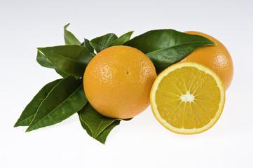 Orangen mit Blättern, isoliert