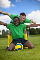 Fußballspieler jubeln auf Fußballplatz im Fußballstadion wg. Tor