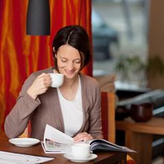 frau entspannt mit kaffee und zeitung