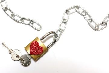 Lucchetto aperto con cuore e catena