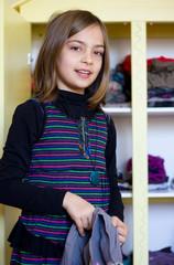 fillette choisissant un vêtement