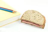 Pausenbrot mit Buch und Stifte