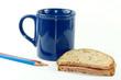 Brot mit Tasse und Buntstifte