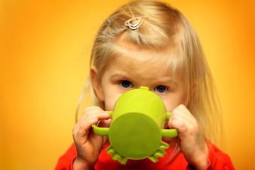Kleines Mädchen beim trinken
