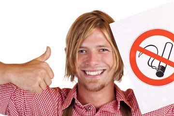"""Glücklicher bayerischer Mann hält """"Rauchen verboten"""" Zeichen"""