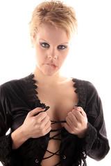 Frau öffnet schwarze Bluse