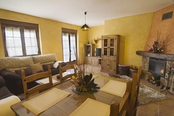 Salón comedor de una casa rural con chimenea.