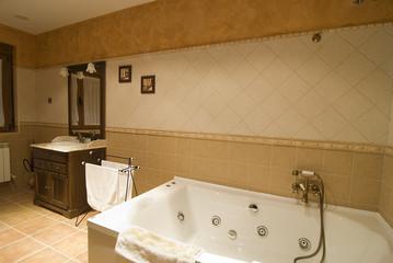 Cuarto de baño con bañera de hidromasaje.