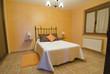 Dormitorio con cama de forja.