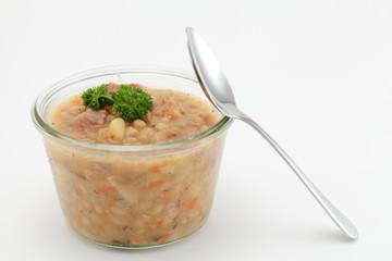 Weiße Bohnensuppe in Glas