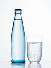 Mineralwasserflasche mit Glas