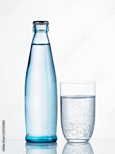 Mineralwasserflasche mit Glas - 29550082
