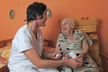 senior et soignant