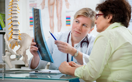 Doctor explaining x-ray results to patient - 29565408