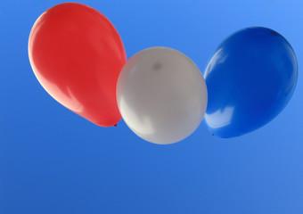 ballons tricolores sur fond de ciel bleu