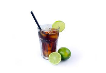 Erfrischede Cola im Glas mit Limette