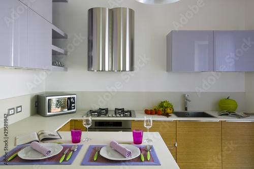 Dettaglio di cucina moderna con tavolo apparecchiato di for Cucina moderna abbonamento