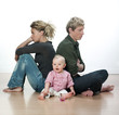 bébé et jeunes parents en conflit