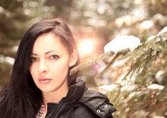 Portrait einer bezaubernden jungen Frau im Winterwald