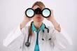Junge Medizinerin mit Fernglas