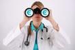 Verdienstaussichten - Junge Ärztin mit Fernglas, Eurozeichen €
