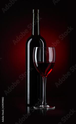 butelka-i-szklo-czerwone-wino-na-czarnym-tle