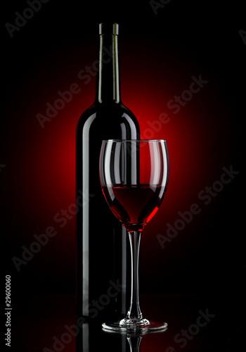 butelka-z-czerwonym-winem-i-szklem