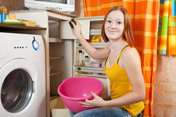 woman  cleaning the refrigerator