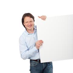 sympathischer mann hält weiße tafel