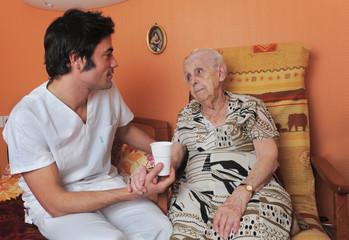 senior et infirmier