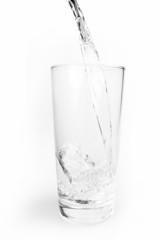 Wasser mit Eiswürfeln im Glas