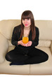junge Frau hält ein Getränk in der Hand