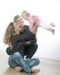bébé volant et parents euphoriques