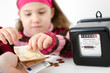 Mädchen zahlt Strompreis