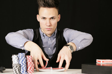 Pokerspieler mischen
