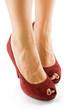 piedi di donna con scarpe rosse