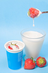 cup strawberries with milk