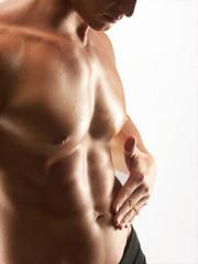 Tocando los abdominales.