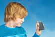 Junge mit Solarzelle